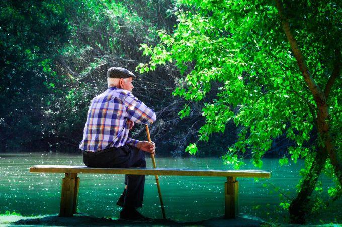 anziano-meditazione-contemplazione-natura